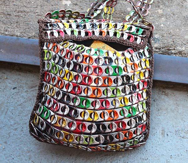Sac recyclé en capsules de canettes.