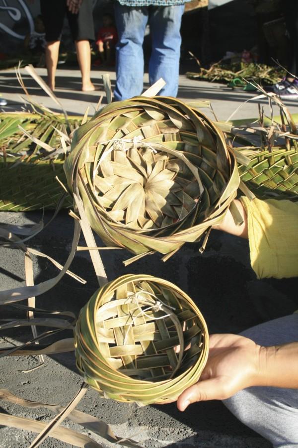 La permaculture en milieu tropical : le tressage d'une feuille de cocotier peut nous permettre de nombreuses formes et applications