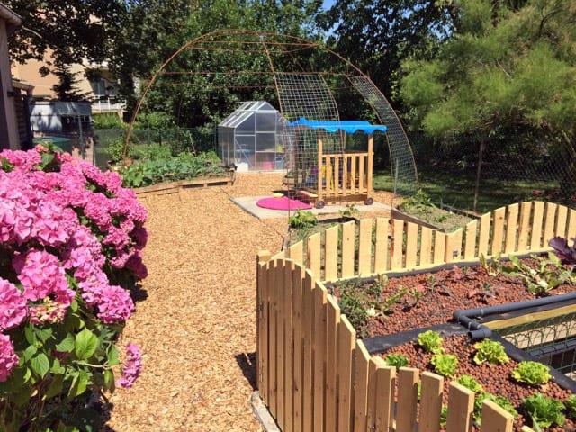 Une maison pour les petits bouts dans un jardin en for Permaculture petit jardin