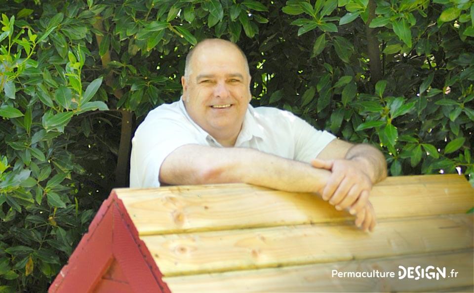 Pierre Javaudin est un apiculteur passionné, auteur du livre « une ruche dans mon jardin », il prône une apiculture naturelle.