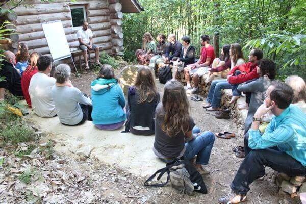 Entreprendre avec la permaculture permet de générer des changements positifs sur notre société et notre environnement, de retrouver du sens dans nos activités professionnelles tout en aidant à la transition vers une société plus juste et plus humaine.