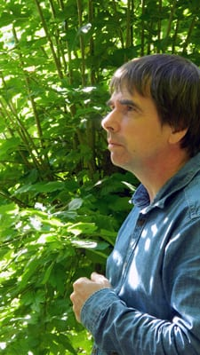 Portrait de Martin Crawford Facebook Google+ Pinterest Martin Crawford dans sa forêt comestible du Sud de l'Angleterre. ©Atmosvert