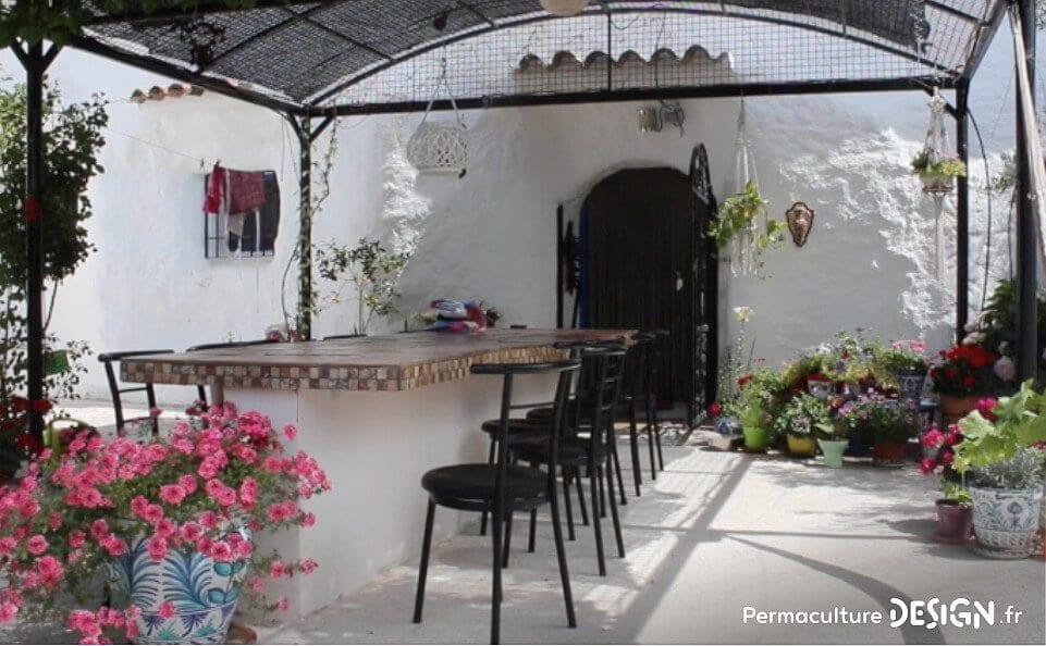 visite insolite de gîtes troglodytes avec jardin en permaculture