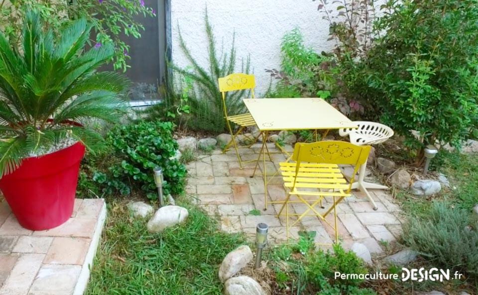 Grâce à la formation « Invitez la permaculture dans votre jardin », Myriam et Déborah ont transformé un parking en jardin potager résilient.