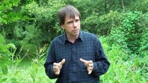 Martin Crawford, spécialiste de l'agroforesterie et la permaculture, donne les clés de la mise en place d'une forêt comestible autonome, résilience et ultra productive dans son livre « La forêt-jardin ».