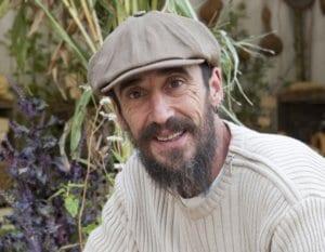 Portrait de Xavier Mathias, auteur du livre « Légumes vivaces pour un potager perpétuel » qui donne les clés pour créer un jardin nourricier productif ne nécessitant que très peu d'entretien, l'idéal en permaculture.