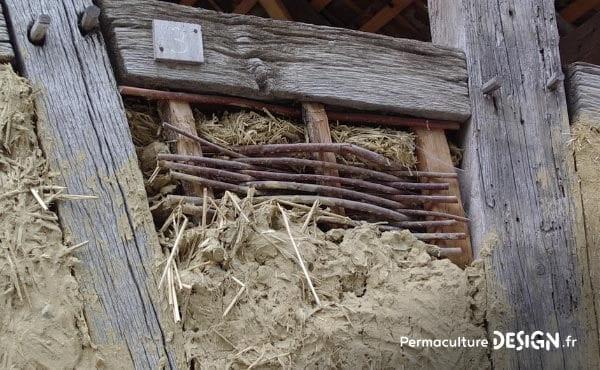 Il existe diverses techniques de construction en terre crue très utiles en permaculture pour la création de bâtiments naturels.