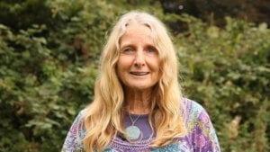 Portrait de Robina Mc Curdy auteur du livre Faire ensemble paru aux Éditions Passerelle Eco .