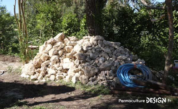 Savoir repérer ses ressources et imaginer leur recyclage en permaculture est primordial pour un projet à moindre coût.