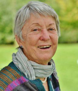 Portrait de Rosemary Morrow auteure du livre Manuel d'apprentissage pas à pas de la Permaculture paru aux Éditions Imagine Un Colibri.