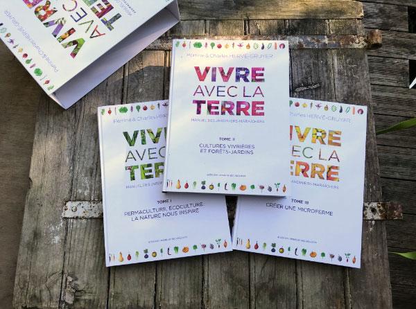 Les 3 livres inclus dans le superbe coffret «Vivre avec la terre» écrit par Perrine et Charles Hervé-Gruyer de la ferme du Bec Hellouin.