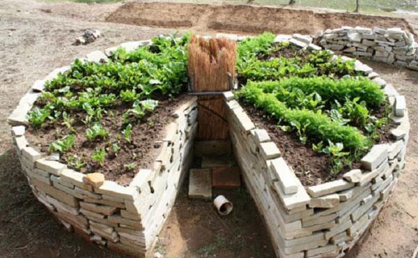Inspiré de la permaculture, le keyhole garden ou jardin en trou de serrure est un support de cultures astucieux à la portée de tous !