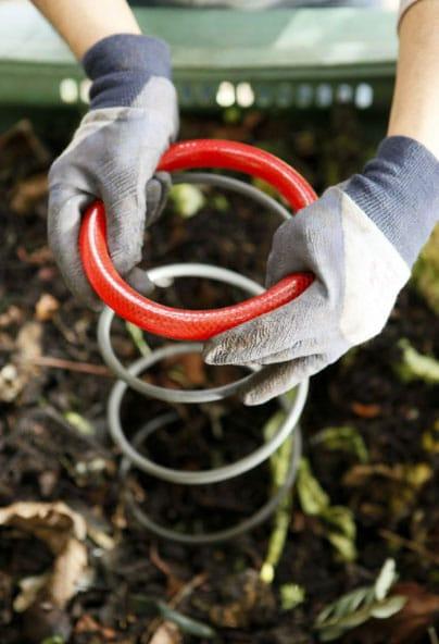 Tout savoir sur le compost et les techniques de compostage existantes pour fabriquer soi-même son compost maison pour le jardin potager, d'ornement ou ses bacs de cultures et jardinières sur le balcon !