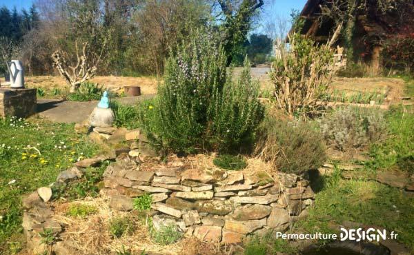 Le foin est un très bon paillage pour un jardin en permaculture et les ballots et autres bottes de foin à vendre sont faciles à trouver à prix raisonnable.