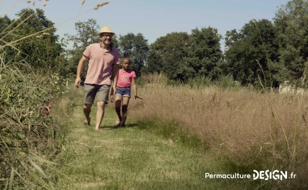 Romain témoigne de sa façon de faire de la permaculture en famille, avec et pour les enfants sur son terrain d'un hectare en Charente Limousine qu'il a notamment aménagé avec un système de baissières et de haies biodiversifiées.