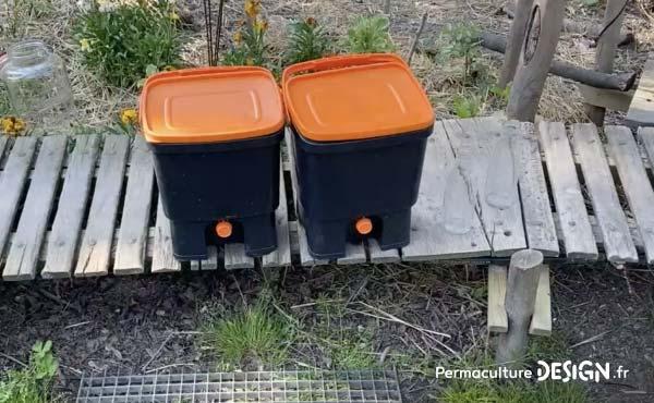 Si on veut pouvoir continuer à composter pendant les 15 jours où le seau plein est mis à fermenter, il est vraiment préférable de s'équiper, dès le départ, de 2 seaux à Bokashi ;) !