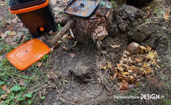 Après 15 jours de fermentation anaérobie, le contenu de ce composteur Bokashi est mis dans un trou fait dans la terre où il va rester encore quelques jours pour perdre de son acidité.