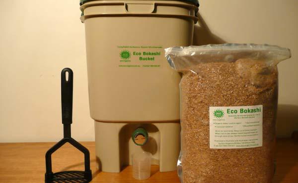 Exemple de kit complet de composteur de cuisine Bokashi qu'on peut acheter en magasin spécialisé ou sur Internet si on ne souhaite pas se lancer dans une fabrication maison ! - ©Pfctdayelise - CC-BY-SA-3.0