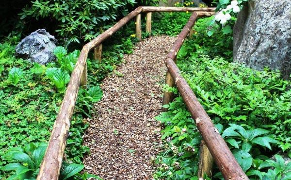 Exemple de chemin paillé avec des copeaux de bois ce qui limite la poussée des adventices et donc l'entretien sur ce passage.
