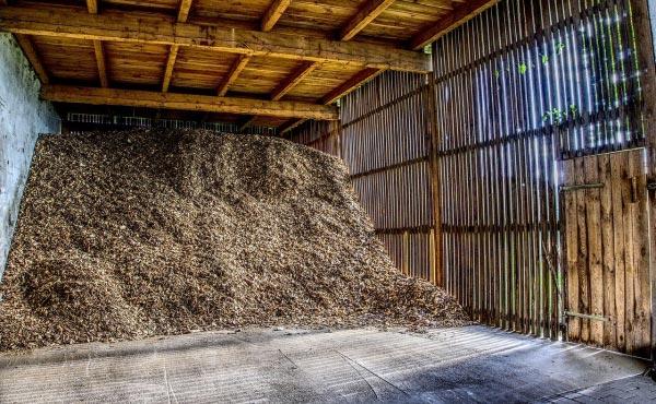 Copeaux de bois secs stockés en tas à l'abri des pluies.