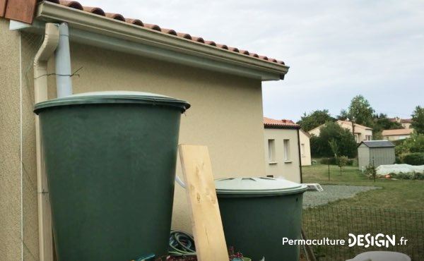 Système de récupération de l'eau de pluie de l'ensemble de la toiture chez Sébastien.