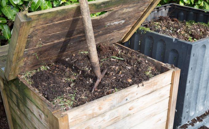 Exemple de composteurs de jardin en bois et en plastique pour faire un compost en tas.