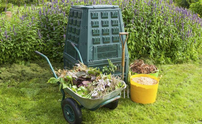 Exemple de matières organiques pour le compost : un mélange de «déchets» verts et humides plutôt azotés et de «déchets» bruns et secs plutôt carbonés.