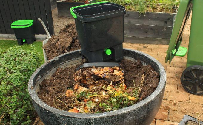 Après au moins 15 jours de fermentation, le contenu du seau bokashi va ici être enterré dans une jardinière dans laquelle on pourra ensuite, après quelques semaines d'attente, planter directement.